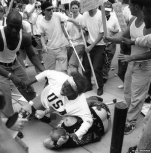 Keshia Thomas, afro-americana, difende un membro del Ku Klux Klan dal pestaggio.